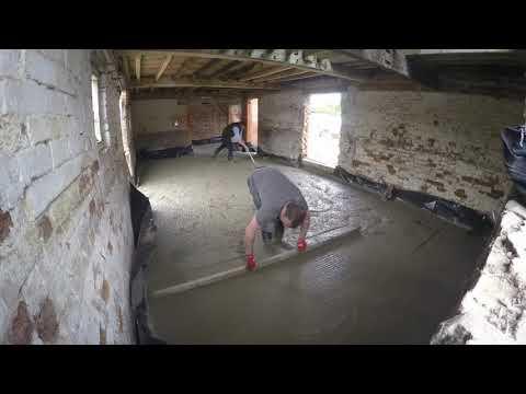 Wykonanie betonowej podłogi podczas modernizacji obory